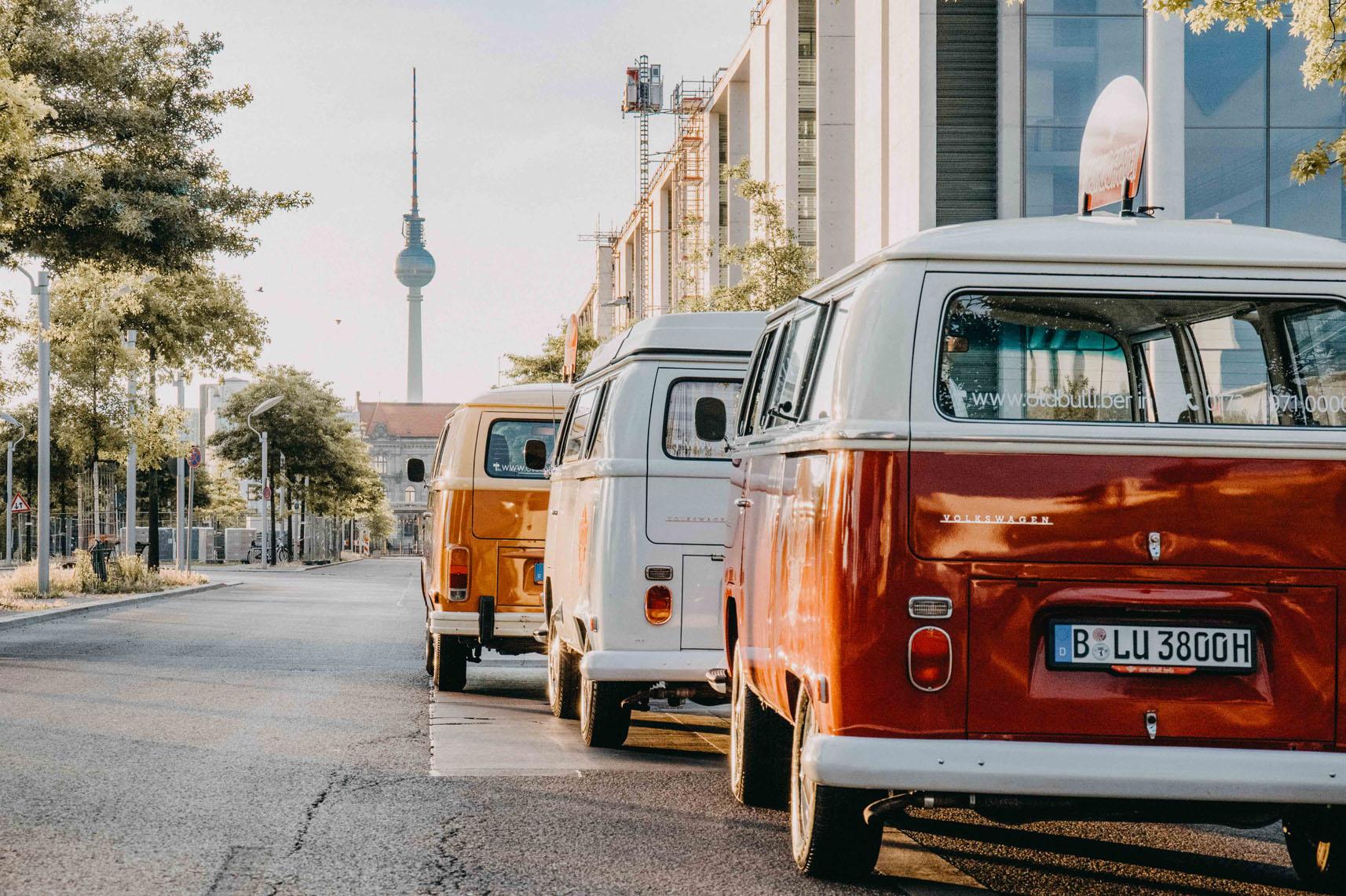 VW T2 Bullis mit Blick auf Fernsehturm in Berlin zur Vermietung