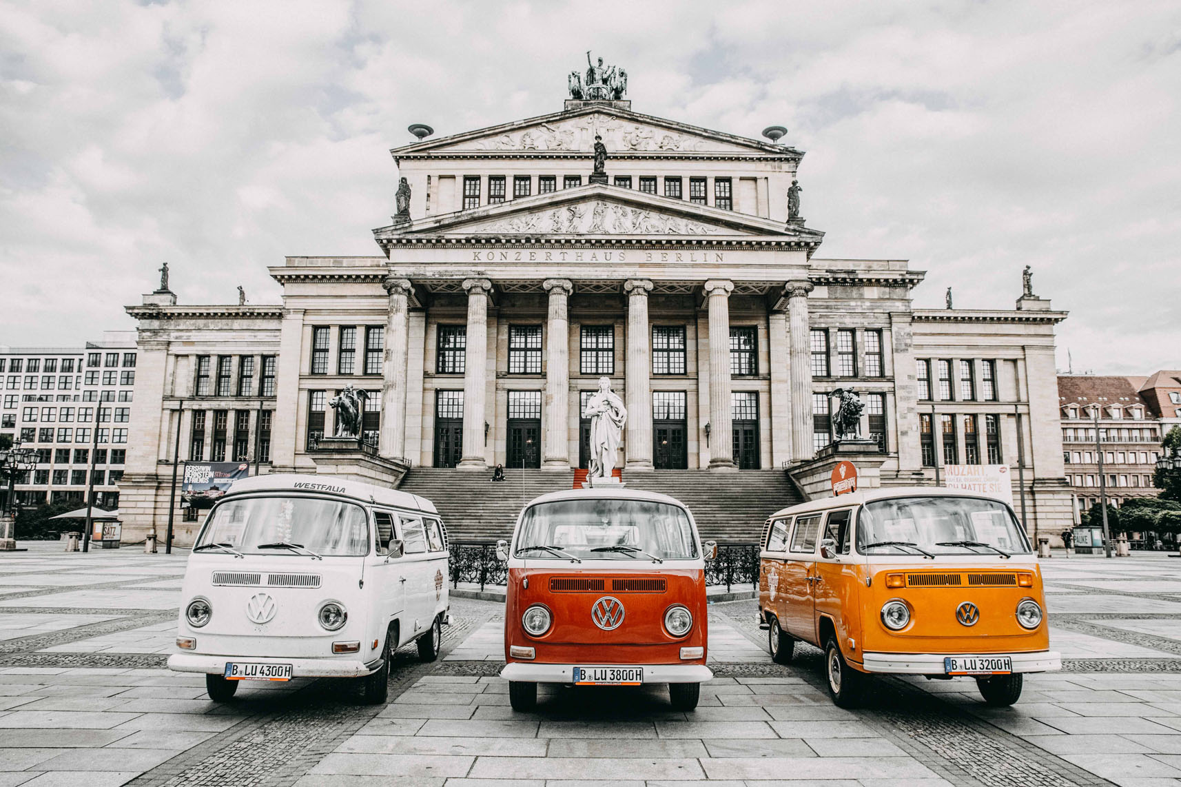 VW T2 Bullis am Gendarmenmarkt in Berlin vor dem Konzerthaus zum Mieten in Berlin