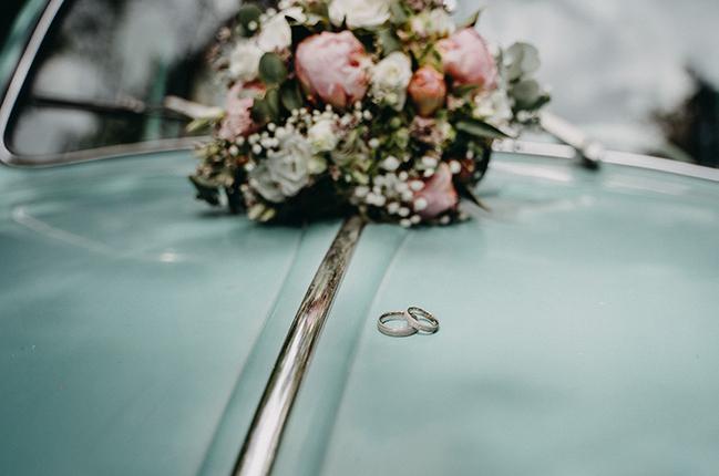 Käfer mieten Hochzeitsauto Ring Brautstrauß Berlin Oldtimer