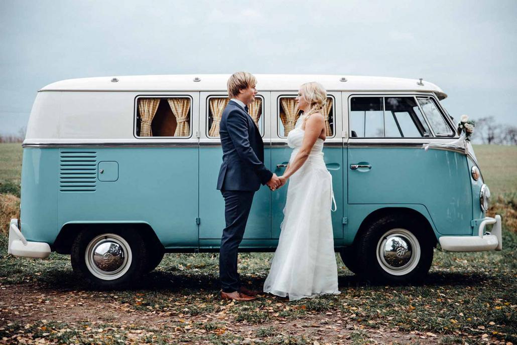 Hochzeitsauto T1 Bulli Hochzeitspaar Hände halten Herbst Wilhelm